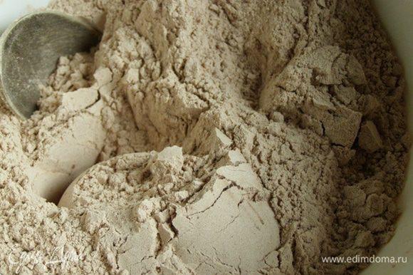 Муку с какао просеем и смешаем с разрыхлителем, солью и ванилином