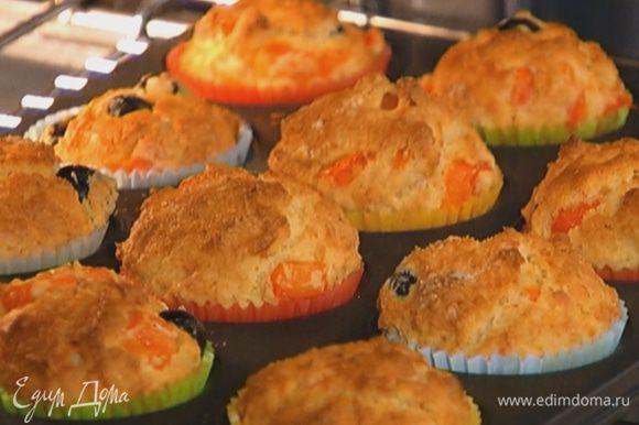 Разложить тесто в формочки и выпекать маффины в разогретой духовке 20 минут.