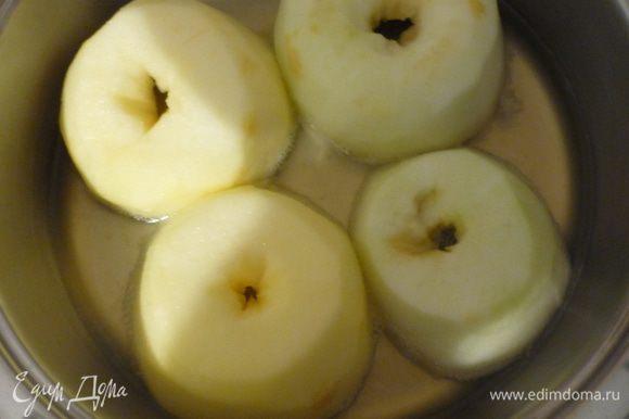 Яблоки очистить, разрезать пополам, вынуть сердцевину. Выжать сок из лимона. Выложить половинки яблок в кастрюлю, залить лимонным соком, добавить вино, сахар, накрыть крышкой и тушить 10 минут (здесь всё зависит от яблок, у меня были жестковатые, я тушила 15 минут.)Остудить яблоки вместе с жидкостью.