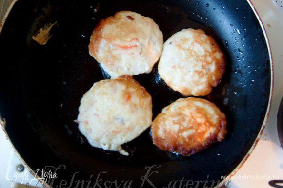 На разогретую сковороду с растительным маслом выложить ложкой оладьи (в общем, они жарятся как обычные оладьи, до румяной корочки).