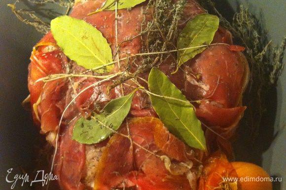 заворачиваем курицу в ветчину, обвязываем бечевкой, под которую подсовываем розмарин, лавровый лист и другие специи, которые нравятся в веточках. кладем целые нечищенные луковицы, в которые втываем гвоздички.