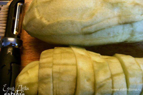 """Баклажаны помыть, обсушить бумажным полотенцем и очистить от кожицы овощечисткой. Порезать на """"пятаки"""" толщиной около 1.5 см."""