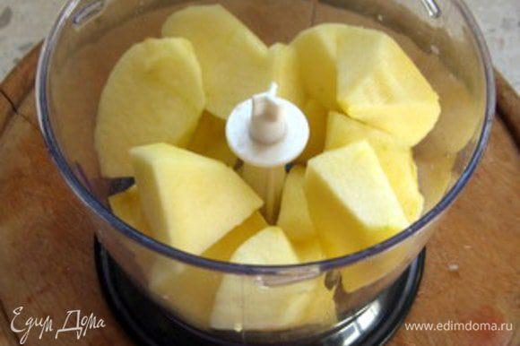 Очистить яблоко и слегка перемолоть его в блендере или натереть на крупной тёрке.