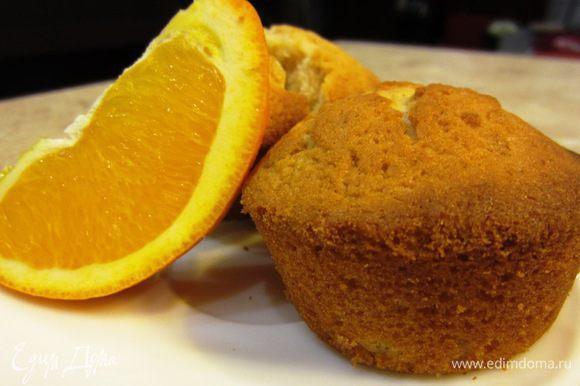 Натрите цедру апельсина на мелкой терке. Выжмите сок в отдельную посуду