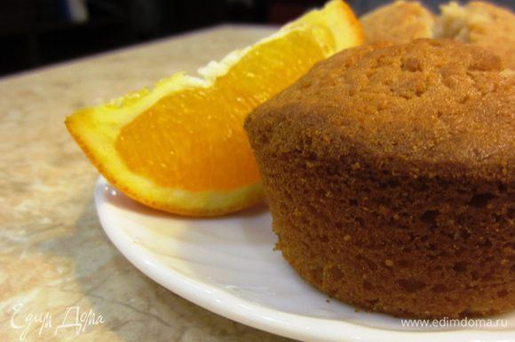 Разотрите масло с сахаром и корицей (можно использовать ваниль)