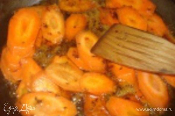 Теперь выложить нашу морковь в глазурь и, постоянно помешивая, чтобы не сгорела, обжаривать в течение 3-4-х минут.