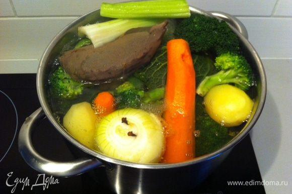 вымыть и почистить овощи, сложить их в большую кастрюлю, залить водой, чтобы она чуть их покрывала. Можно варить в скороварке, тогда время соответственно уменьшать.