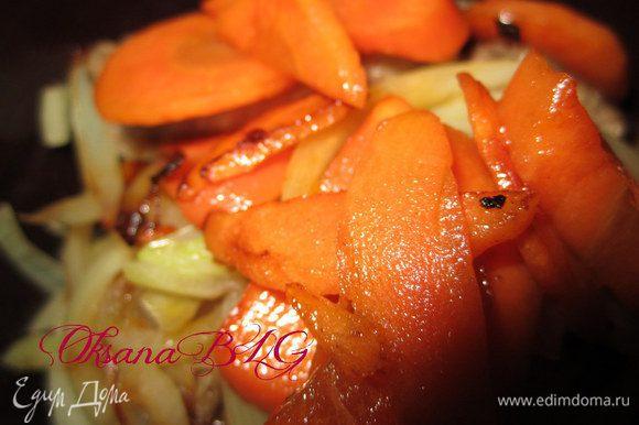 На мясо выложить обжаренный лук и морковку.