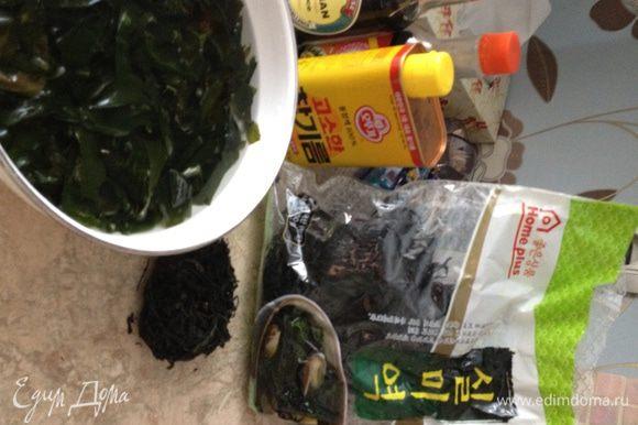 """Морскую капусту замачиваем в воде на 20-30 минут. На моем фото вы видите: одна скручена в """"шарик"""" (так и продается, но, конечно, не в России), а другая в пакете, прямая. Это один и тот же вид, используется в супах и салатах. Поищите в супермаркете на полке с восточно-азиатскими продуктами. Это та же водоросль, что добавляется в японский мисо-суп."""
