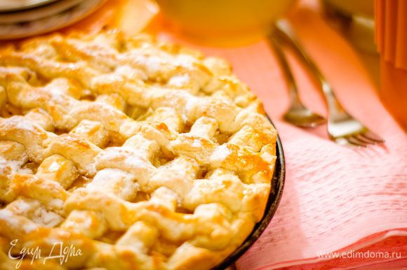 Перед подачей посыпьте пирог сахарной пудрой.