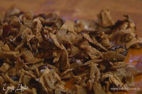 Воду из грибов слить, процедить и сохранить, грибы мелко порубить.