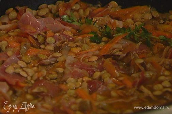 Всыпать в сковороду чечевицу, влить воду, в которой замачивались грибы, горячий куриный бульон (чечевица должна быть покрыта жидкостью) и готовить под крышкой 15–20 минут. Если нужно, посолить.