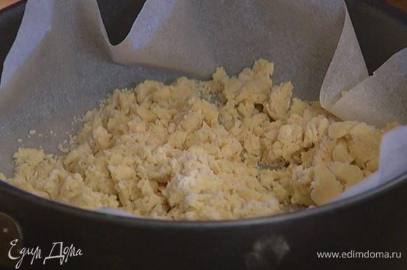 Тесто растереть над формой руками, так чтобы получилась крошка, затем слегка примять. Присыпать 1 ст. ложкой сахара и отправить в разогретую духовку на 20 минут.