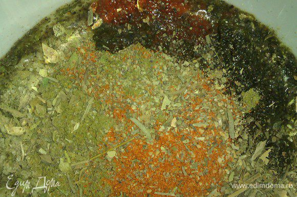 """Гречку промыть, просушить, избавиться от """"инородных"""" включений в крупе, если таковые имеются. Травы и специи смешать в грибном бульоне."""