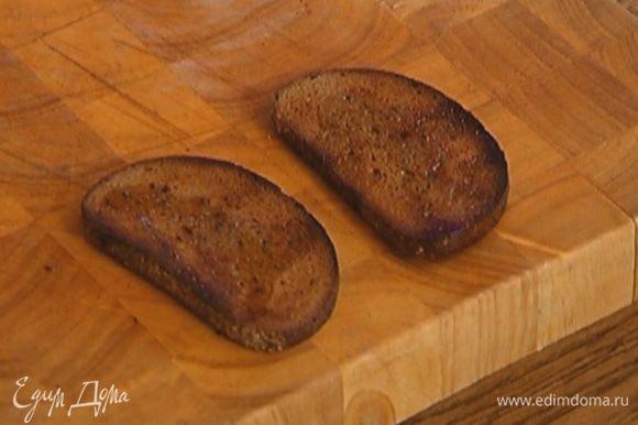 Хлеб подсушить в тостере и сбрызнуть оливковым маслом.