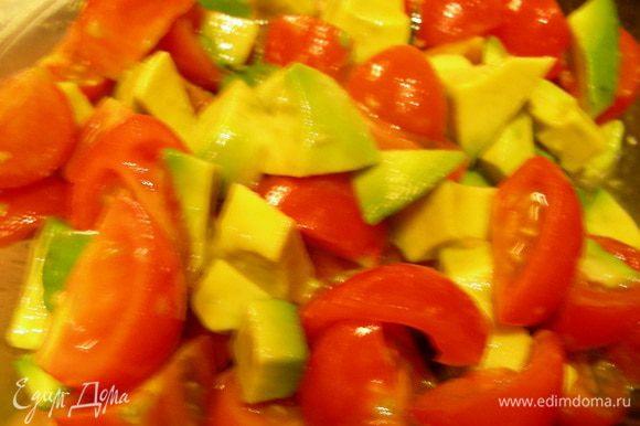 Черри разрезаем на 4 части, авокадо режем кубиками, сбрызгиваем лимонным соком.