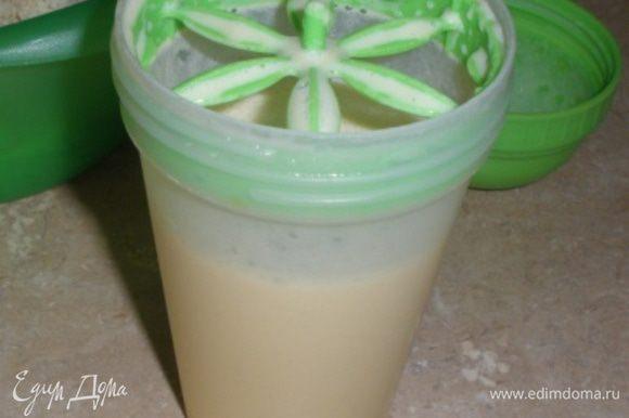 Теплое молоко смешать в шейкере с ванилином и 2 ст.л. сахара.