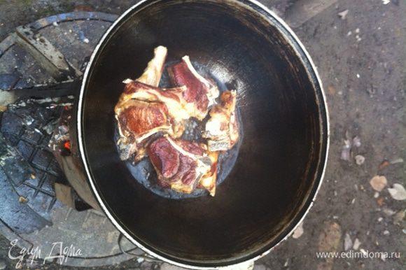 Далее обжарить косточки (ребрышки каре) и вытащить.
