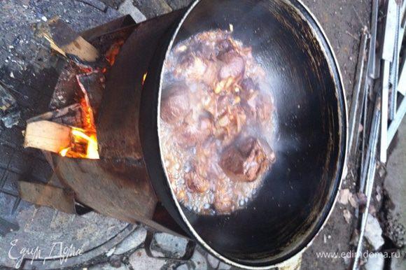 Далее обжарить мясо и лук, затем добавить кинзу и горох.