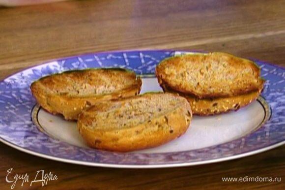 Булочки разрезать вдоль пополам и подсушить в духовке или тостере.