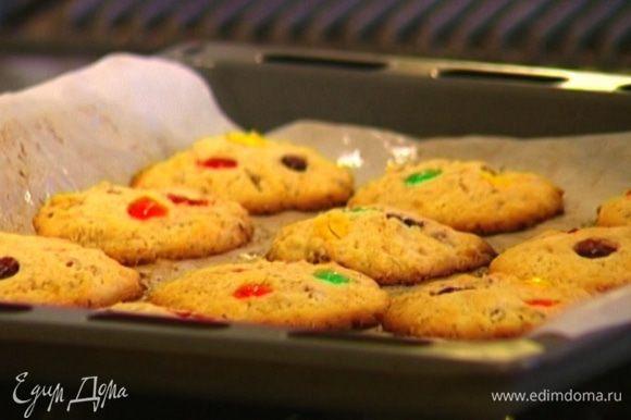 Поставить печенье в разогретую духовку на 10–12 минут.
