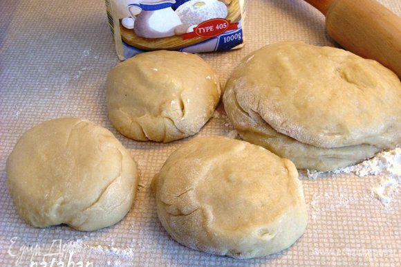 Разделить тесто на 2 части. Из одной части должно получиться 3 коржа на песочный тортик, а другая часть пойдёт на рулетики (убрать в морозильник).