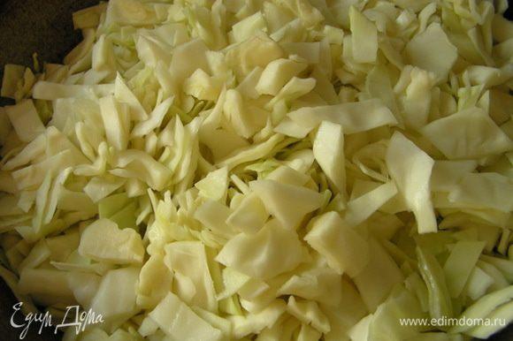 Нашинковать капусту, тушить в большой сковороде на растительном масле до мягкости, присолить,