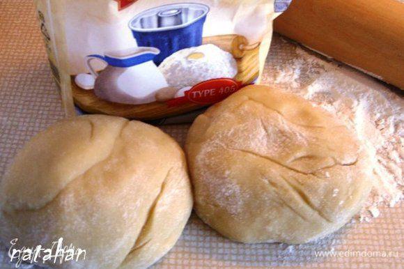 Пока готовили ореховую начинку тесто растаяло. Разделить его на 2 равные части.