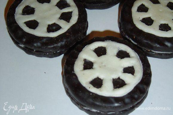 Колеса я сделала из печенья в шоколаде, которое склеила с помощью масляного крема, а серединку колес вырезала из белой мастики.