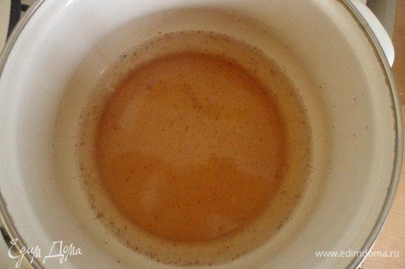 Для пропитки кипятим воду, добавляем джем, сахарную пудру и коньяк.