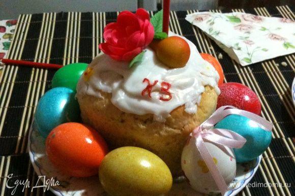 8. Когда кулич остынет приготовьте глазурь - я обычно смешиваю сахарную пудру и лимонный сок. Ну и конечно украсьте - я брала вафельные цветы, марципановые фрукты и различные мелкие бусинки.