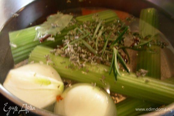 Если осьминог замороженный, размораживаем его. Ставим вариться картофель (у автора говорится, что его хорошо варить в сильно соленой воде, так любят в Испании; я готовила в пароварке и солила только при подаче). При необходимости очищаем его от всего лишнего. Для бульона закладываем все овощи (можно их особо не резать) и специи в воду (1.5-2л), доводим бульон до кипения и готовим минут 15.