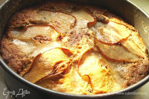 Выпекать при t 180*С до золотистого цвета(около 1,5 часов!).Сразу после выпечки полить пирог мёдом(можно заменить на абрикосовое варенье).Готовый пирог остудить в форме.Приятного аппетита!