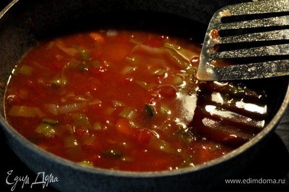 Добавить томаты,вино и 1стак.воды. готовить на сред.огне примерно еще 5мин.