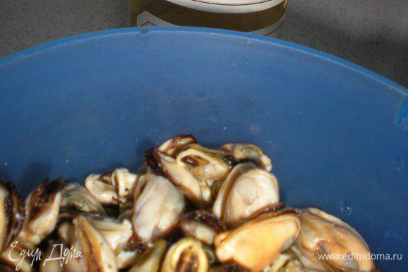 Морепродукты пока отдыхают в компании с бренди.А вино на заднем плане ждет своего выхода.Очень мне понравилось готовить именно на этом вине,оно придает блюдам приятный вкус.А какой аромат вовремя приготовления,я не могу передать))Именно на нем я готовлю луковый суп,это что-то!!