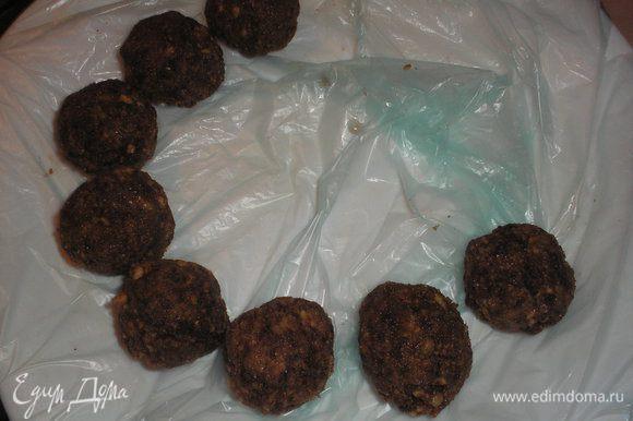 Формируем ложкой или мокрыми руками шарики размером с большой грецкий орех.Отправляем сформированые пирожные на 30-40 минут в морозильную камеру.