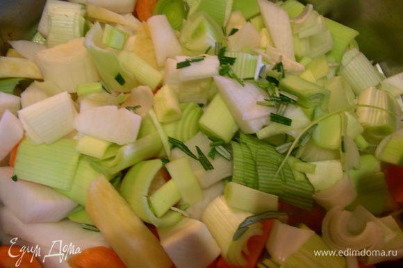 Добавляем овощи, мелкопорезанный розмарин, бульон и готовим на среднем огне до мягкости овощей минут 30.
