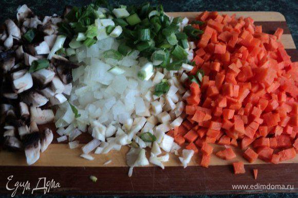 Почистить подготовленную морковь, сельдерей, лук, чеснок, грибы и порезать мелким кубиком.