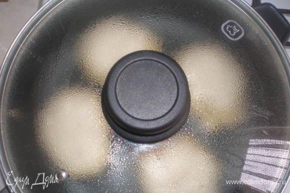 Выкладывать ложкой на сковороду и жарить под крышкой на маленьком огне.