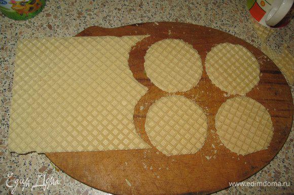 Из вафельных коржей сделать стаканом круги или просто разрезать на квадраты