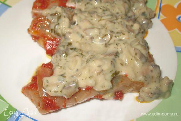Выложить голубцы на тарелку сверху полить соусом и приятного аппетита!!