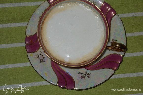 добавить в чай сахар и взбитую молочную пену,приятного чапития.