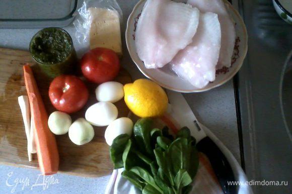 Подготовить продукты: разморозить филе рыбы, приготовить соус песто, очистить картофель, морковь, корень петрушки, лук, отварить и почистить яйца, вымыть и высушить шпинат.