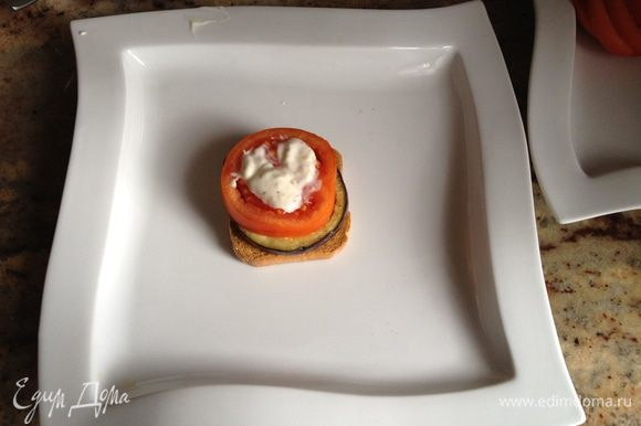 сухарик намажем майонезом кладем, чередуя: кружок помидора, кружок баклажана и майонез с петрушкой.