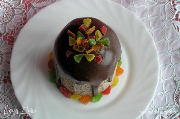 Готовую шоколадную пасху извлечь из формы, украсить по желанию. У меня растопленный шоколад и разноцветные цукаты.