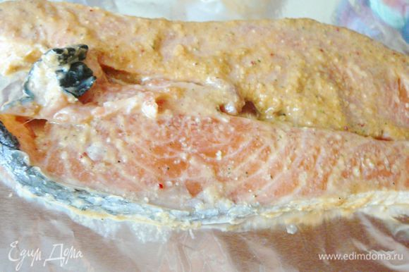 Берем квадраты фольги,в каждый квадрат уложим стейк лосося,заворачиваем и укладывает в чашу от мультиварки предназначенную для приготовления на пару,или же готовим рыбу в пароварке,или ставим кастрюлю с водой на плиту,даем воде закипеть,накрываем кастрюлю ситом в сито выложить стейки лосося в фольге,накрыть крышкой и готовить так.