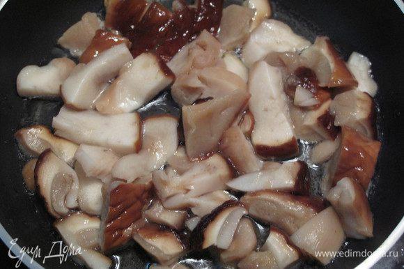 Порежьте и выложите грибы на сковородку с разогретым маслом. Часто помешивайте. Одновременно поставьте вариться пасту.