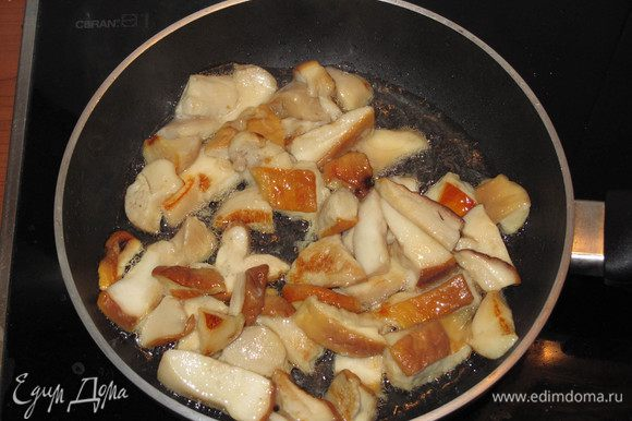Через несколько минут грибы хорошо подрумянятся. Посолите и перемешайте грибы.