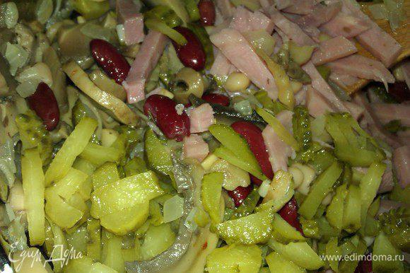Ветчину , соленые огурчики, свежий огурец или кислое яблоко порезать соломкой.