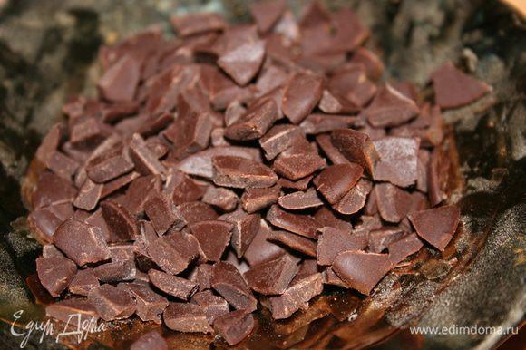 Пока тесто выпекается, смешать ягодное пюре с крахмалом и шоколадными кусочками.